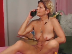 A lady in her pussy shoves big toy